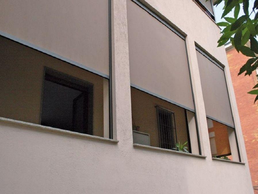 a6ea1b12ee Chiusura balcone con vetrate e tende antivento e antipioggia